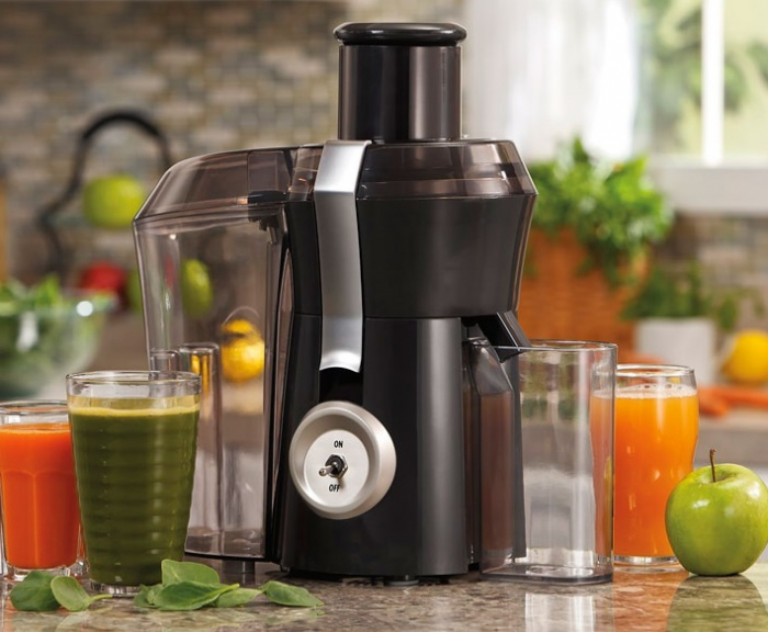 Juicer and juice in glasses