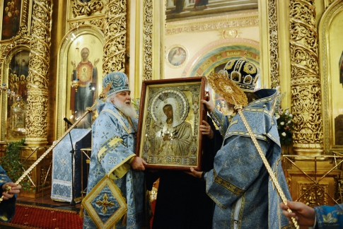 Priests with the icon of the Virgin