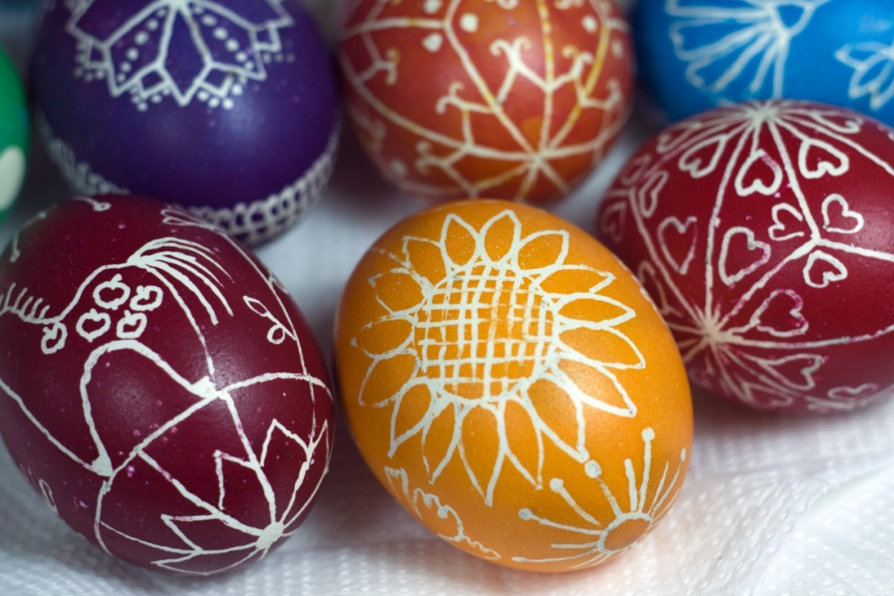 Patterns on eggs with powdered sugar