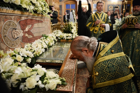 Patriarch at the relics of Ambrose Optina