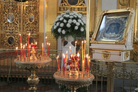 Candlesticks in front of the icon